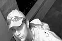 Policie zatím v případu nemá dostatek důkazů. Deník získal další fotografii pravděpodobného pachatele, kterého natočila jedna z ukradených kamer. Tentokrát neměl na očích černé brýle.