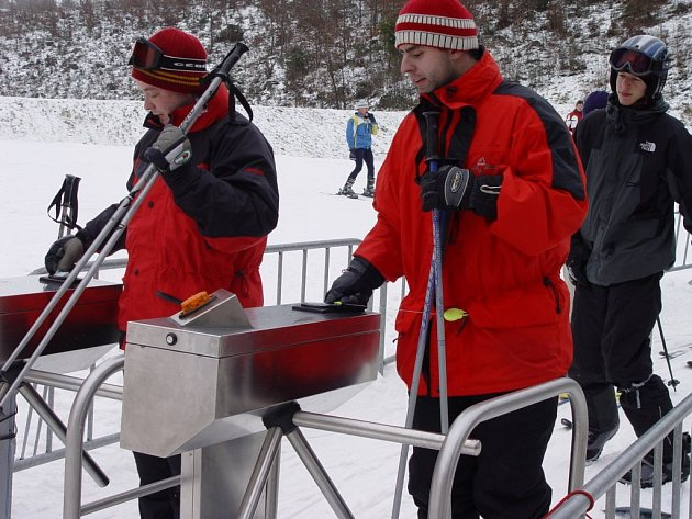 Turnikety zatím zavřené nebudou. Vlek na vrchu Rudný včera lákal lyžaře. Pokud by provozovatel areál vyklízel, musel by odinstalovat i turnikety.