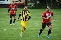Už si také nezahrají. Jakub Göth (ve žlutém) si na jaře zahrál v přípravném utkání za Bedřichov, jinak hraje v Rakousku. Tam ovšem jeho oblíbený sport také stopli.