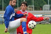 Střelec dvou gólů. Žďárský univerzál Daniel Bratršovský (vlevo v souboji s velkomeziříčským Františkem Pokorným) se do sítě okresního rivala trefil hned dvakrát.