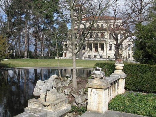 K domu patří i rozlehlá zahrada s jezírkem.