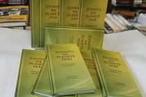 Jitka Křivánková ukázala knihu, kterou bude ve středu v Knihkupectví Jitka autorka podepisovat.