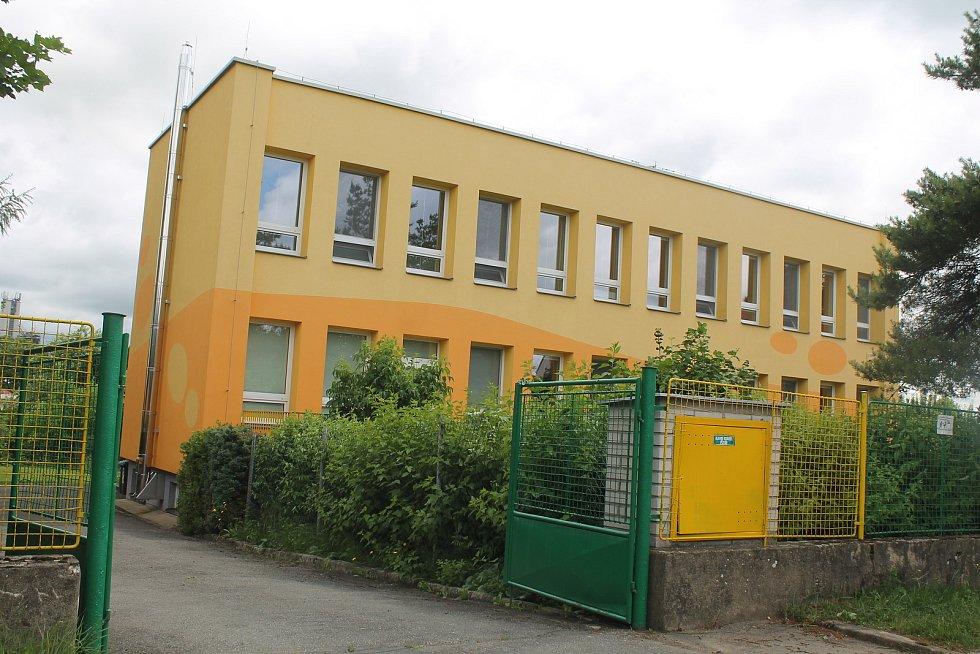 Škola je v klidné lokalitě na opačném konci obce než škola.