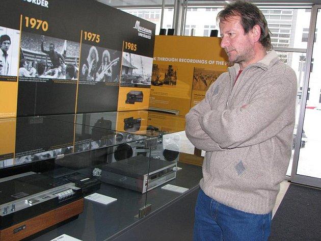 Výstava Muzeum spotřebičů zaujme návštěvníky krajského úřadu v Jihlavě relikviemi ze sběrných dvorů. Diváci na vernisáži tajili dech nad kinopromítačkou z roku 1900 či fonografem z roku 1898 a dalšími exponáty napříč desetiletími až po počítače.