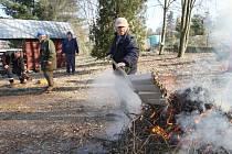 Pomoc. Celá řada obcí nejen na Vysočině má již několikaleté zkušenosti se zaměstnáváním lidí na takzvané veřejně prospěšné práce. Na jaře je to například úklid parků.