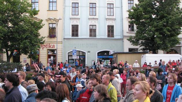Na Kollerovo vystoupení davy lidí zcela zaplnily prostor mezi Priorem a zásobovací rampou.