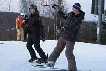Druhý svátek vánoční využili milovníci jízdy na lyžích nebo snowboardu k návštěvě sjezdovek s umělým sněhem.