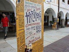 O tom, že festival začal, se návštěvníci Telči dovídají na každém kroku.