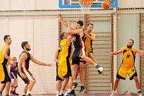 Skvělý zápas. Jihlavské basketbalisty (s míčem Jakub Dokulil) hnala k důležitým dvěma bodům proti Písku parádní divácká kulisa. V hale to v závěru vřelo.