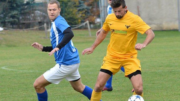 Fotbalisté Velkého Beranova (v modrém) nestačili na Luka nad Jihlavou (ve žlutém).