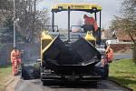 Pokládka  asfaltové vrstvy na opravovanou vozovku místní komunikace ve Vestci u Moravských Budějovic.