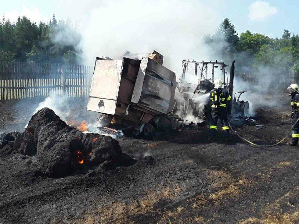 Požár zemědělské techniky na poli u Věže.