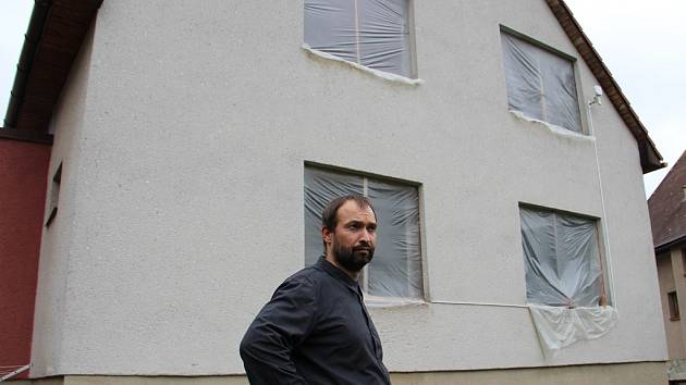 Miroslav Bradáč několik měsíců marně vyhlíží dělníky, kteří mu měli namontovat okna do rodinného domu. Dům chrání pouze igelity, které se při nepříznivém počasí trhají. Rodina se obávala hlavně vydatných dešťů.