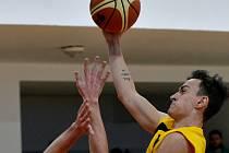 Jihlavští basketbalisté zvládli poslední domácí zápas základní části skvěle. Lukáš Kantůrek (s míčem) se podílel na výhře 102:71 nad Žižkovem dvaceti body.