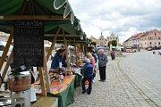Čokoláda, jahody, med, koření, ale také bylinky, košíky či šperky. To vše mohou pořídit návštěvníci tradičních farmářských trhů v Telči.