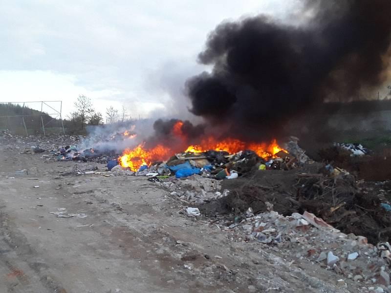 V Petrávči hořela skládka odpadu.