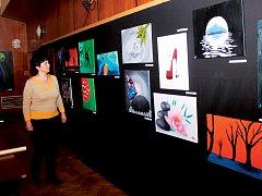 V zadní části sálu kulturního domu si mohou návštěvníci prohlédnout výstavu žáků malířského oboru základní umělecké školy. Obrazy půjdou později do aukce.
