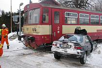 Při vší smůle bylo pro posádku citroënu štěstím, že auto neskončilo před vlakem celé, ale síla srážky zdeformovala pouze jeho přední část.