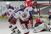 Slávistický útočník ve službách havlíčkobrodských Rebelů Petr Jelínek (vpředu) byl hlavní hvězdou středečního derby s Horáckou Slavií. Pětadvacetiletý centr se při výhře 7:0 blýskl hattrickem, navíc přidal i dvě gólové přihrávky.