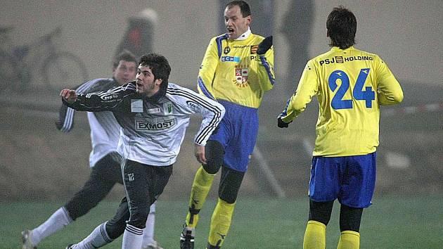 Druholigová Vysočina (ve žlutém zleva Michal Kadlec a František Schneider) si s o soutěž níž hrajícím soupeřem bez problémů poradila.