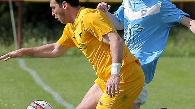 Rozhodl. Dobronínský Tomáš Sedláček (vpravo v souboji s Patrikem Trombellim) rozhodl derby dvěma góly.