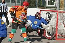 Sudoměřický gólman Komenda se marně natahuje po míčku. To byl ovšem jediný pokus jihlavských hokejbalistů (v oranžovém), který rozvlnil síť. V pohárovém tažení SK končí.