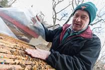 Jaroslav Sedlák z Havlíčkovy Borové se stará o tři desítky včelstev; včera jej fotograf zastihl při kontrole úlů, jejíž součástí je i zkoumání jejich teploty.  Zimu přečkaly včely v solidní kondici a začaly vylétávat.