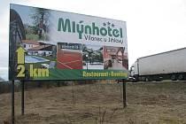 Billboard u silnice udává nesprávný údaj o vzdálenosti. K cíli je to téměř o kilometr dál.