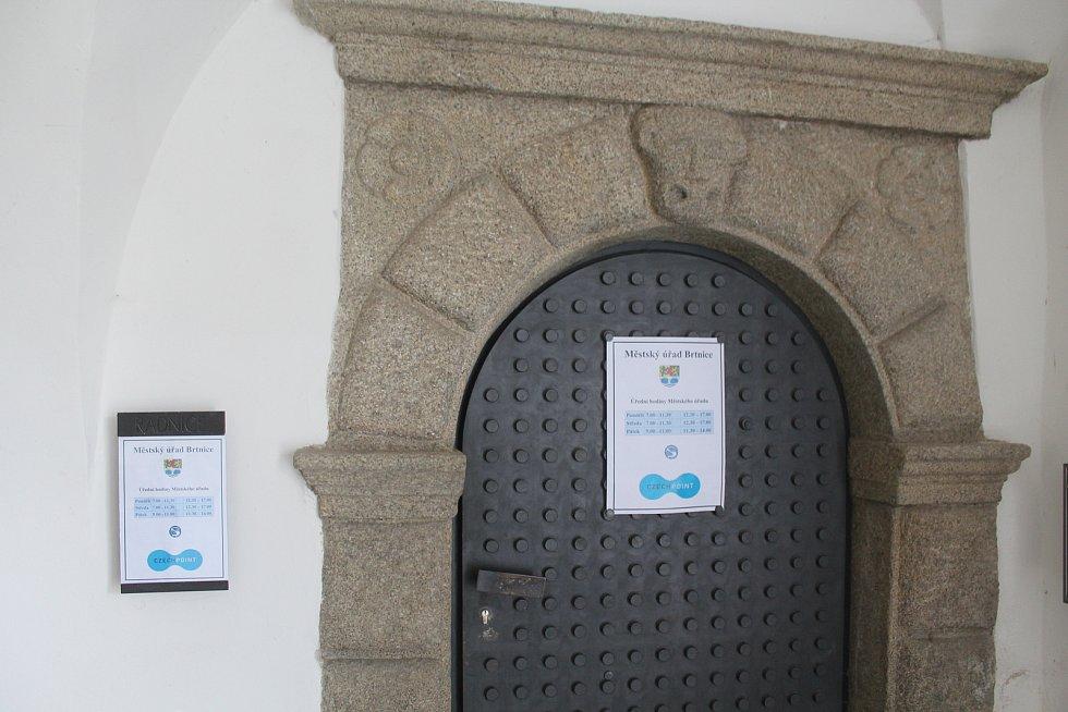 Městský úřad nemá dveře, ale bránu.
