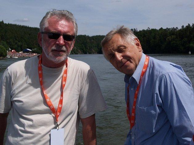 """Herec Jaromír Hanzlík (vlevo) a režisér Jiří Menzel včera patřili k prvním pasažérům a zároveň kmotrům lodi Vysočina. """"Pluj a nepotop se!"""",  popřál Jaromír Hanzlík novému plavidlu."""