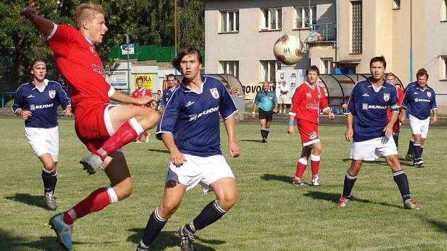 Fotbalisté rezervy Velkého Meziřící chtějí postup do vyšší soutěže. Na snímku v duelu s Batelovem.