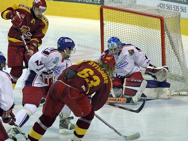 Sareze v utkání chyběla gólmanská jednička, v brance se vystřídali oba náhradníci. Přispěly k tomu i góly Ladislava Rytnauera (číslo 63) a Tomáše Čachotského (vzadu).