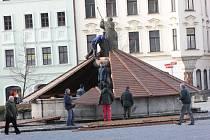 Kašny na jihlavském Masarykově náměstí jsou už zazimované ochranným dřevěným bedněním.