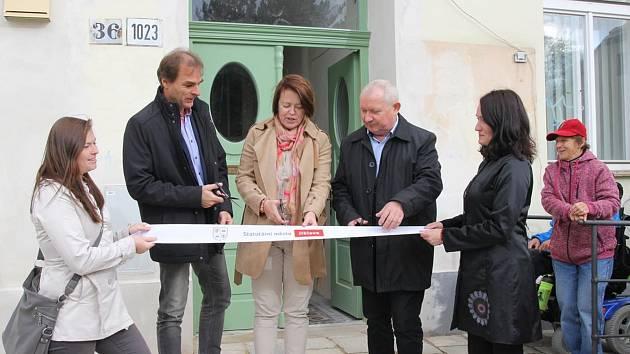 Slavnostního otevření bytu v ulici Matky Boží se účastnili také  náměstci Radek Popelka (ANO) a Vratislav Výborný (ČSSD).