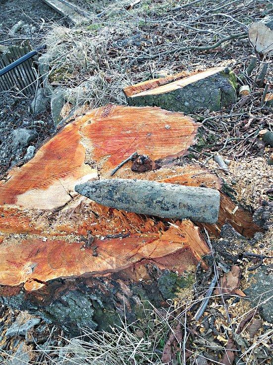 V Bobrůvce ležela munici na břehu částečně vypuštěného rybníka.