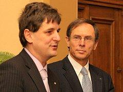 Libor Joukl (vlevo) na snímku z roku 2008, kdy při besedě konané na Vysoké škole polytechnické Jihlava doprovázel Jana Švejnara.