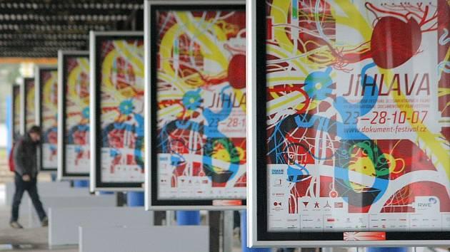 Slavnostním zahájením začal v úterý večer v jihlavském kině Dukla 11. ročník Mezinárodního festivalu dokumentárních filmů. Oficiální plakáty akce a nejrůznější poutače jsou k vidění po celém městě.