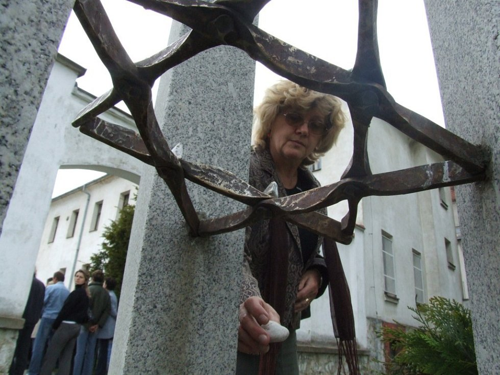 Účastníci pietní vzpomínky po židovském obyčeji pokládali kamínky pod šesticípou hvězdu pomníku.