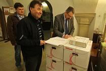 Úředníci kontrolovali, zda mají dokumenty v těchto krabicích vše potřebné.