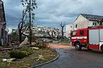 Na Břeclavsku a Hodonínsku zasahují jihomoravští hasiči u několika desítek poničených objektů.