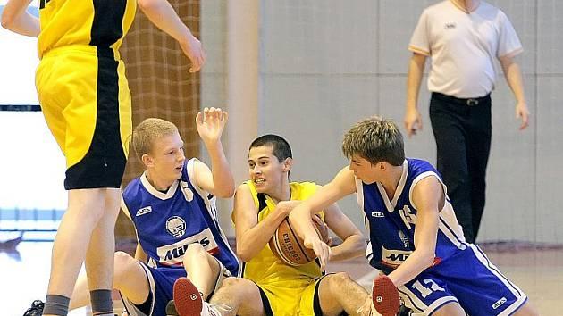 O každý balon se basketbaloví junioři BC Vysočina (uprostřed) budou v Praze rvát. Podaří se jim některého ze silných soupeřů o víkendu porazit?