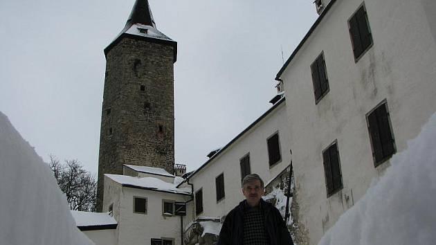 Správce hradu Roštejna Karel Vaníček má dny, kdy ruce necítí od odklízení desítek kubíků sněhu na hradním nádvoří. Čas od času vezme tyč a shazuje led ze střechy.