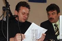 Personální ředitel Oldřich Židlík se seznamuje s programem zasedání odborářů firmy Bosch v Dělnickém domě. Vpravo sedí předseda základní organizace OS Kovo při Bosch Diesel Jiří Valenta.