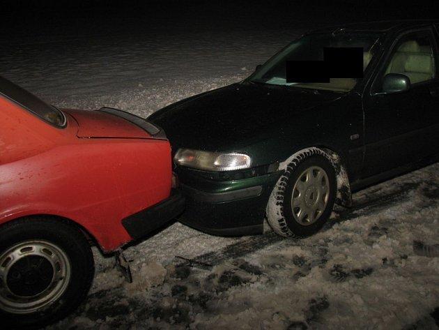 Délku brzdné dráhy na rozbředlém sněhu neodhadl řidič vozu Rover.