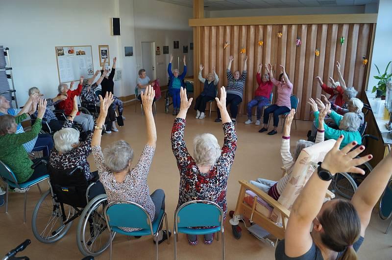 Lektorka Radka Sedmíková ukázala seniorům v domově v jihlavském Lesnově, jak mohou cvičit.