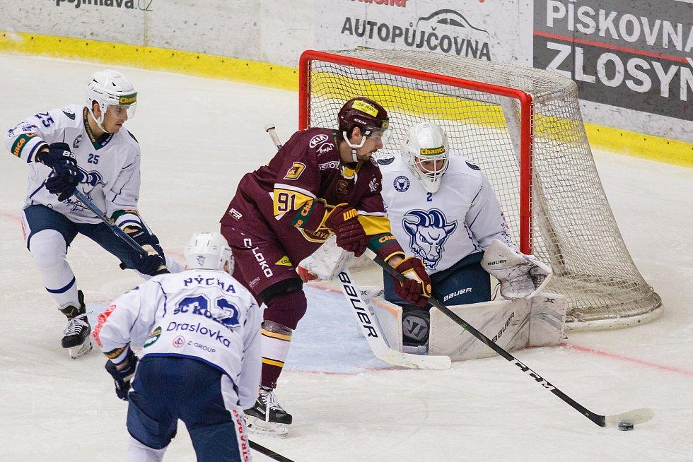 Jihlavští hokejisté (s pukem Tomáš Jiránek) se o první letošní body poperou v Prostějově.