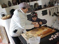 Zdobení perníčků lákalo o uplynulém víkendu na hradě Roštejn nejen děvčata, ale i chlapce. Ti si mnohdy nechali poradit od svých babiček nebo od kastelánky Zdeny Vaníčkové.