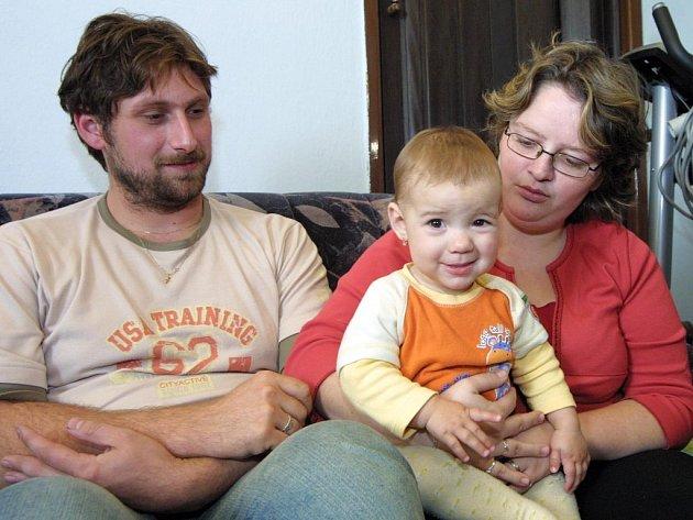 Rodiče zaměněných miminek se dohodli, že se budou v péči o obě děti střídat. V pondělí měl u sebe děti pár z Jabloňova, dnes se budou o obě děti starat manželé Čermákovi z Přibyslavic.