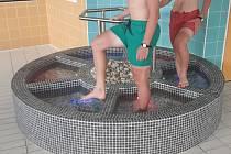 Teplá, studená. Návštěvníci aquparku Vodní ráj mohou nyní vyzkoušet Kneippův chodník (na snímku).