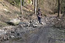 Překážka. Několik desítek metrů cyklotrasy je přerušeno navážkou hlíny, přes kterou se lidé dostávají obtížněji.